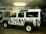 land_rover_defender_foliert_im_zebra-look_20130923_1032027998